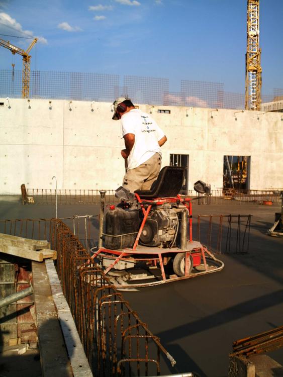 Das Glätten Eines Betonboden Erfolgt Maschinell Mit Glättmaschinen Kurze  Zeit Nach Der Betoneinbringung. Sie Erhalten: